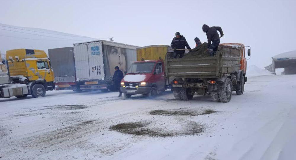 Кар жаап жатат Бишкек — Ош жолунда