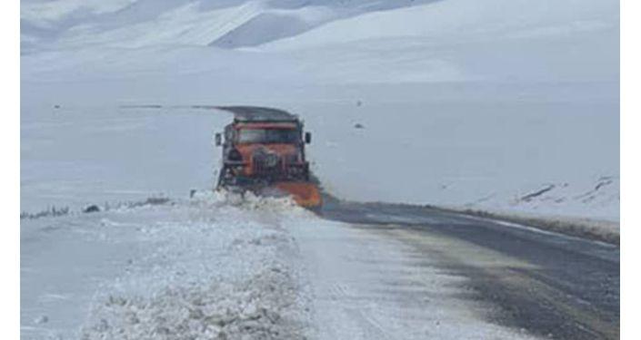 Спецтехника во время очистки и расширения проезжей части от снегопада на участке автодороги Бишкек — Ош. 01 апреля 2021 года