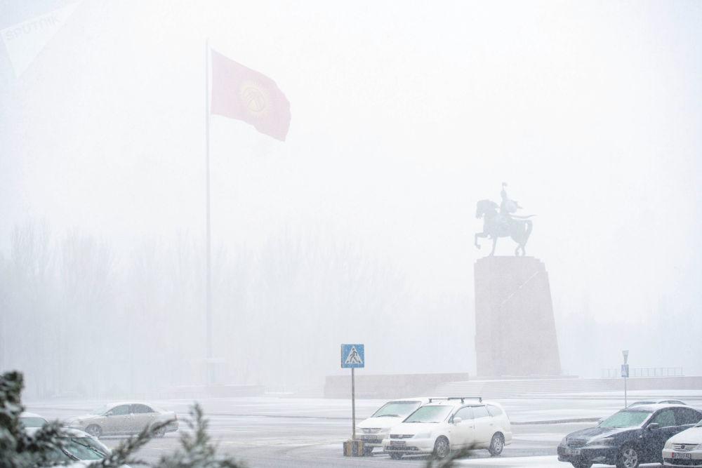 Вид на площадь Ала-Тоо в Бишкеке во время снежной бури