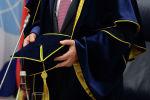 Мужчина в мантии во время присвоения звания почетного доктора. Архивное фото