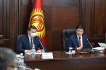 Премьер-министр КР Улукбек Марипов и вице-премьер-министр Артем Новиков во время заседания при обсуждении вопроса о прохождении осенне-зимнего отопительного периода 2020-2021 года
