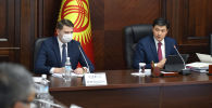 Премьер-министр Улукбек Марипов жана вице-премьер-министр Артем Новиков жыйын учурунда