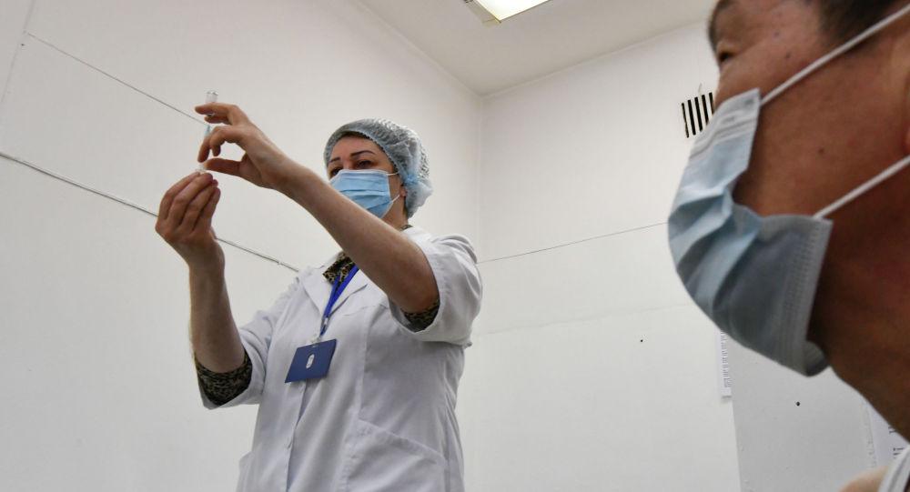 Медик готовится ввести дозу вакцины в Бишкеке. Архивное фото