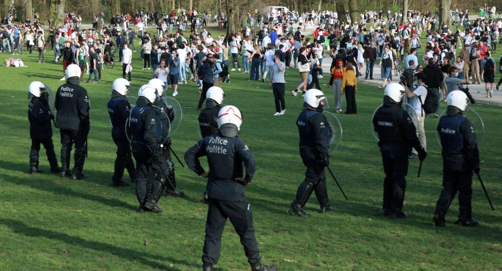 Бельгийская полиция разгоняет молодых людей, собравшихся в парке в Брюсселе (Бельгия)
