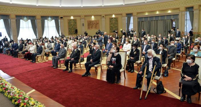 Отличившиеся граждане Кыргызстана на церемонии вручения государственных наград президентом Садыром Жапаровым