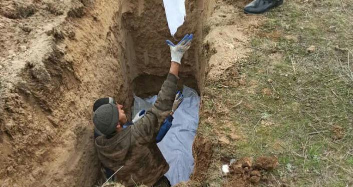 Найденные человеческие кости на берегу Токтогульского водохранилища были захоронены на кладбище в селе Кара-Тектир. 02 апреля 2021 года