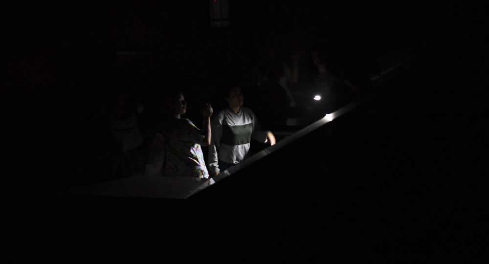 Люди на лестнице офисного здания во время отключение электроэнергии. Архивное фото