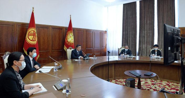 Президент Кыргызстана Садыр Жапаров во время переговоров с Генеральным директором ЮНЕСКО Одрэ Азуле в формате видеоконференции
