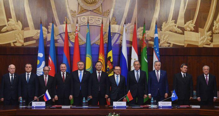 Церемония совместного фотографирования перед началом заседания Совета министров иностранных дел стран Содружества Независимых Государств в широком составе.