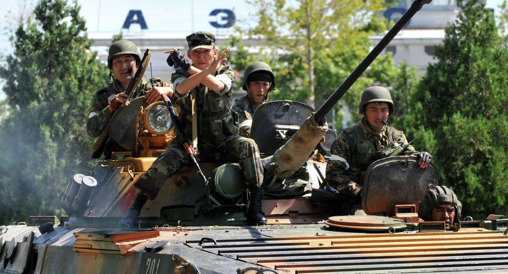 Кыргызские солдаты патрулируют район рядом с аэропортом в городе Ош. Архивное фото
