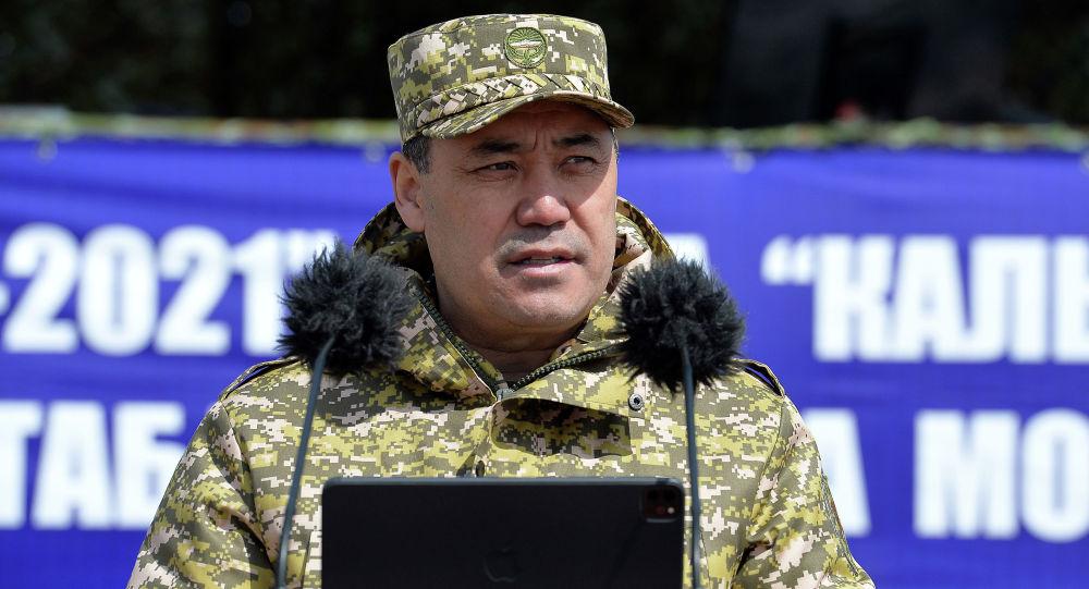 Президент Кыргызстана Садыр Жапаров выступает с речью на командно-штабных и мобилизационных учениях в Баткенской области