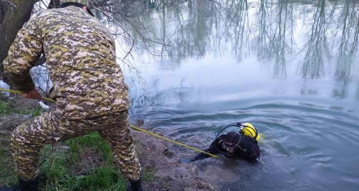 Сотрудники МЧС осматривают БЧК под водой. 04 апреля 2021 года