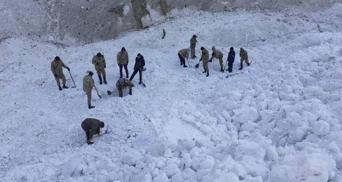 Сотрудники МЧС во время поисков пропавшего подростка, пасшего скот в Алайском районе Ошской области. 04 апреля 2021 года