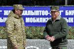 Президент Садыр Жапаров Баткендин башчысы Өмүрбек Суваналиев менен