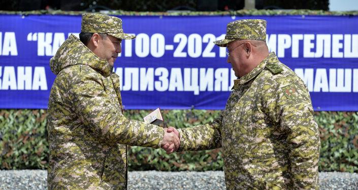 Президент Садыр Жапаров вручил удостоверение государственного советника государственной гражданской службы 2 класса секретарю Совета безопасности Рыскелди Мусаеву. 03 апреля 2021 года