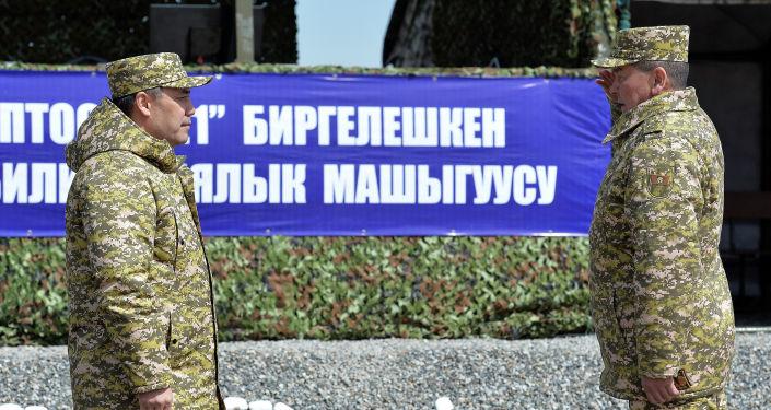 Президент Садыр Жапаров вручил погоны генерал-майора начальнику Генерального штаба Вооруженных сил Эрлису Тердикбаеву. 03 апреля 2021 года