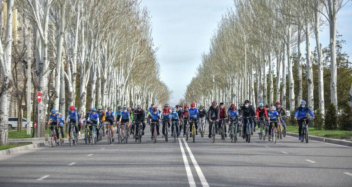 Участники велопробега здоровья в Бишкеке. 04 апреля 2021 года