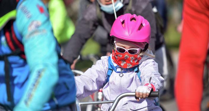 Маленький участник велопробега здоровья в Бишкеке. 04 апреля 2021 года