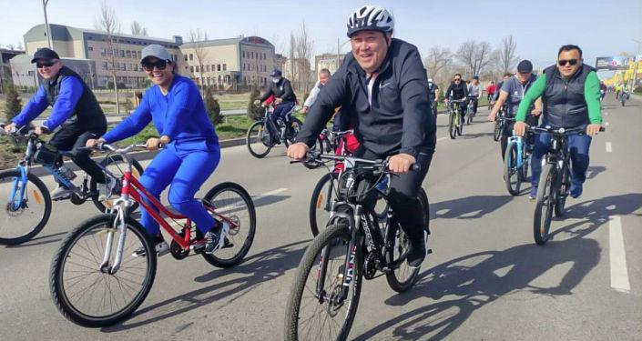 И. о. мэра Бактыбек Кудайбергенов на велопробега здоровья в Бишкеке. 04 апреля 2021 года