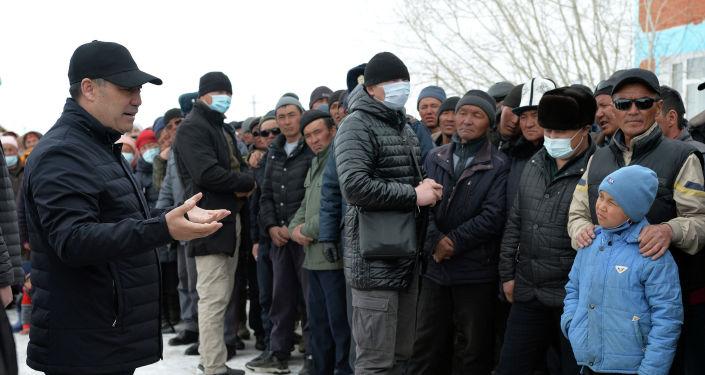 Президент КР Садыр Жапаров во время встречи с этническими кыргызами, переселившимися в село Талды-Суу Алайского района Ошской области. 04 апреля 2021 года