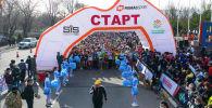 Около 2 500 бишкекчан собрались на окраине города, чтобы поучаствовать в массовом забеге. Мы сняли это на видео.