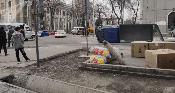 ДТП с участием грузового автомобиля марки KIA и микроавтобуса Mercedes Benz Sprinter В районе Национальной филармонии в Бишкеке. 04 апреля 2021 года