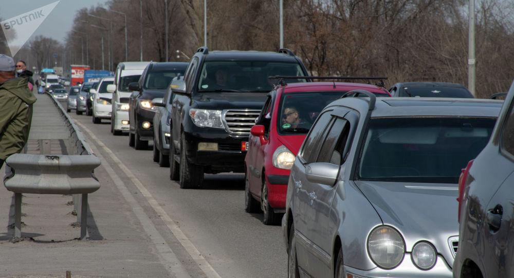 Автомобили в пробке в Бишкеке. Архивное фото