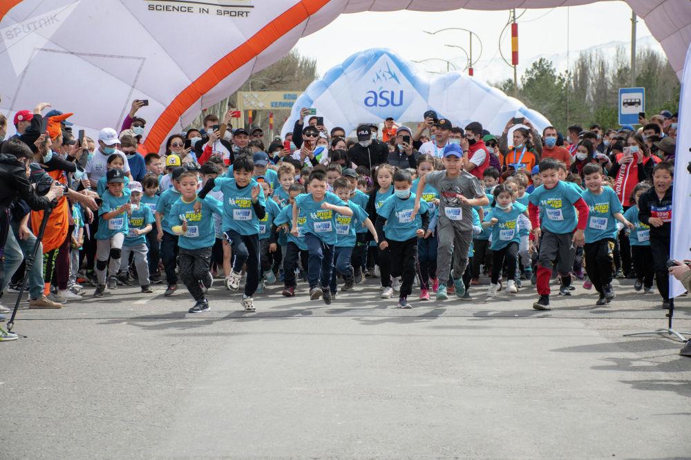 Участники детского забега Jaz Demi в Бишкеке. 04 апреля 2021 года