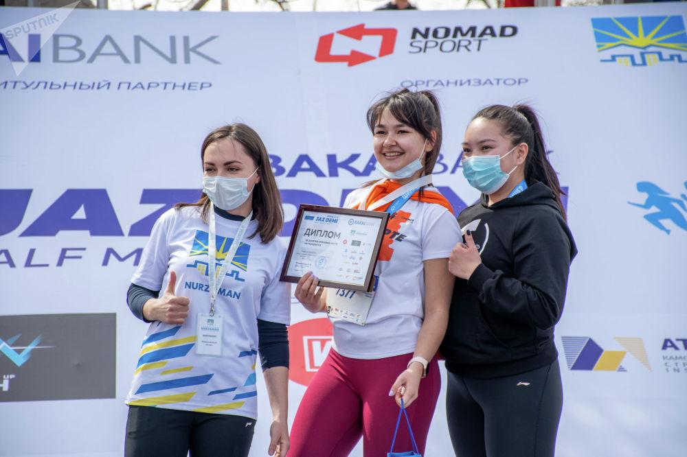 Награждение занявших призовые места участников забега Jaz Demi в Бишкеке. 04 апреля 2021 года