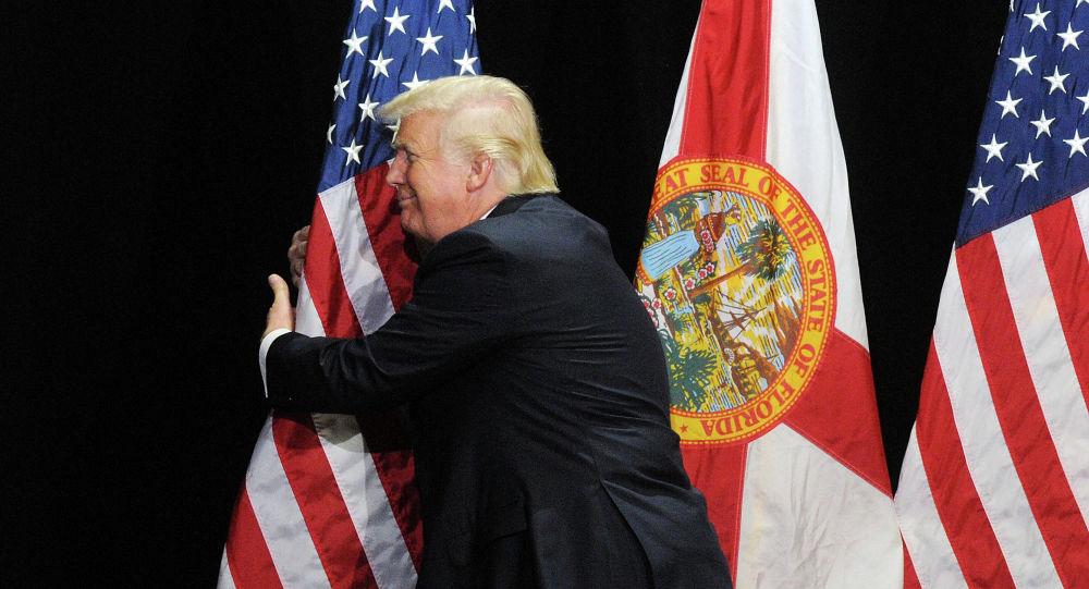 Дональд Трамп обнимает флаг США. Архивное фото