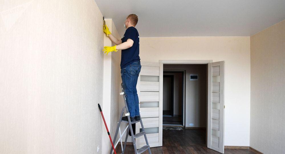 Рабочий во время чистовой отделки квартир. Архивное фото