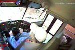 В США олень пробил лобовое стекло школьного автобуса и оказался в салоне транспортного средства.