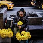 Женщина продает цветы на улице в центре Москвы, 30 марта 2021 года