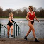Девушки на озере в лондонском Гайд-парке после купания.