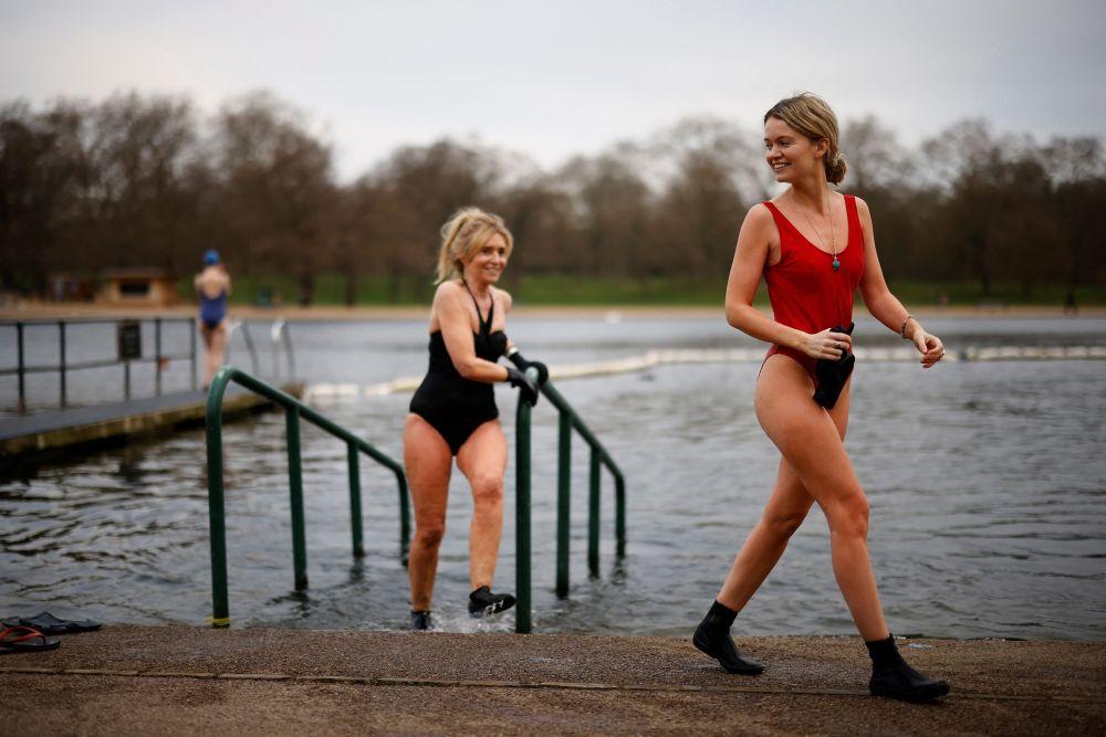 Лондондун Гайд-паркында сууга түшүп жаткан кыздар