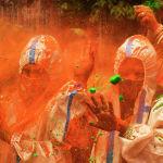 Люди в СИЗах во время празднования Холи, весеннего фестиваля красок в Калькутте (Индия). 29 марта 2021 года