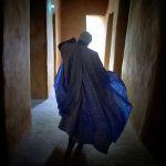 Малинин Томбукту шаарында салттуу кийинген имам Жингеребер мечитинин ичинде бара жатат