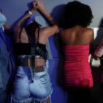 Женщины прячут лица в ночном клубе во время операции гражданской полиции по борьбе с нарушениями ограничений COVID-19 на фоне роста числа случаев заболевания коронавирусом и числа смертей в Сан-Паулу (Бразилия). 02 апреля 2021 года