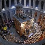 Прихожане и монахи идут процессией вокруг Кувуклии, считающейся местом захоронения Иисуса Христа, во время мессы в Храме Гроба Господня в Иерусалиме в Великий четверг, когда вспоминают Тайную вечерю, на которой Иисус установил таинство Евхаристии и совершил омовение ног учеников.