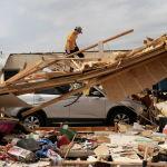Мужчина оценивает ущерб, нанесенный дому после того, как серия торнадо унесла жизни нескольких человек в Охатчи, штат Алабама, США, 26 марта 2021 года.