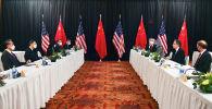 Госсекретарь США Энтони Блинкен, советник по национальной безопасности Джейк Салливан говорит Ян Цзечи, директором центрального офиса по иностранным делам, и Ван И, государственный советник Китая и министр иностранных дел, на открытии американо-китайских переговоров в отеле Captain Cook в Анкоридже (США)
