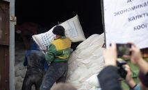 Мужчина перетаскивает мешки. Архивное фото