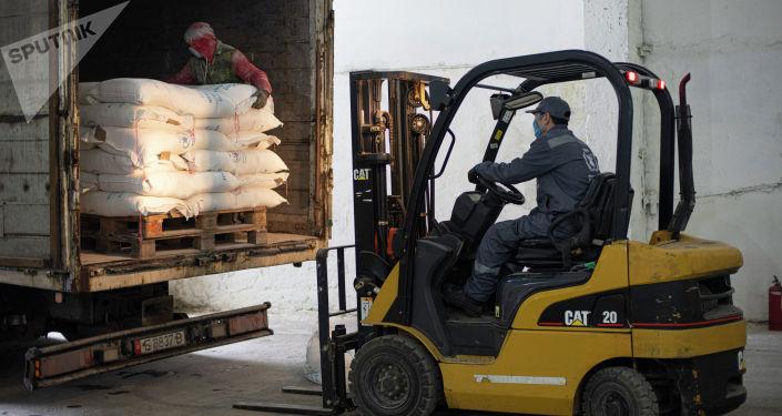 Разгрузка продовольственной помощи переданной РФ Кыргызстану в Бишкеке. 05 апреля 2021 года