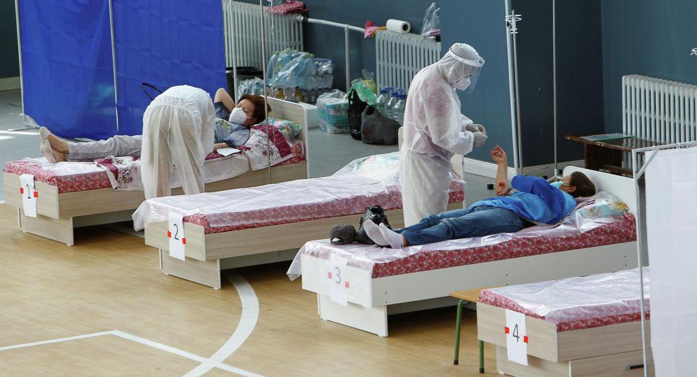 Медики и пациенты в дневном стационаре для больных коронавирусом. Архивное фото