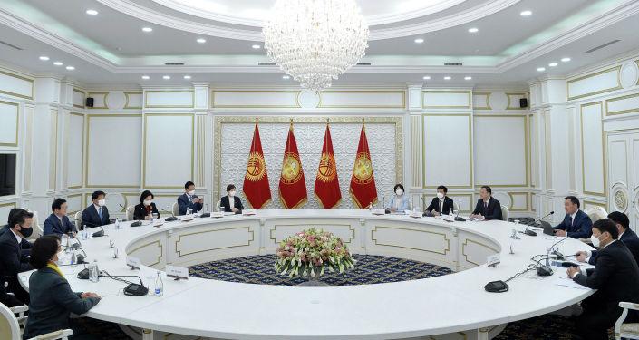 Во время встречи президента Кыргызской Республики Садыра Жапарова со спикером Национальной Ассамблеи Республики Корея Пак Бён Соком. 05 апреля 2021 года