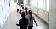 Школьники идут в столовую во время обеда в средней школе. Архивное фото