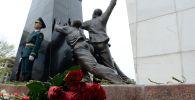Ала-Тоо аянтындагы 2002-жылы Аксы окуясында жана 2010-жылы Апрель окуясында элдин эркиндиги үчүн курман болгондордун элесине арналган монумент. Архив