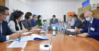 Первый вице-премьер-министр Кыргызстана Артем Новиков во время совещания с руководством Центра экстренной медицины города Бишкек