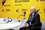 Посол России в Кыргызстане Николай Удовиченко на радиостудии Sputnik Кыргызстан во время интервью