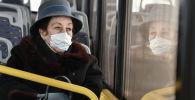Женщина в маске в салоне троллейбуса. Архивное фото